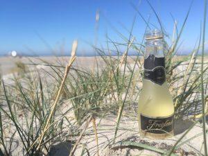 Sektflasche im sand