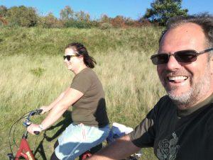 zwei Personen auf dem Fahrrad