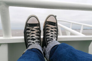 Füße auf der Reeling